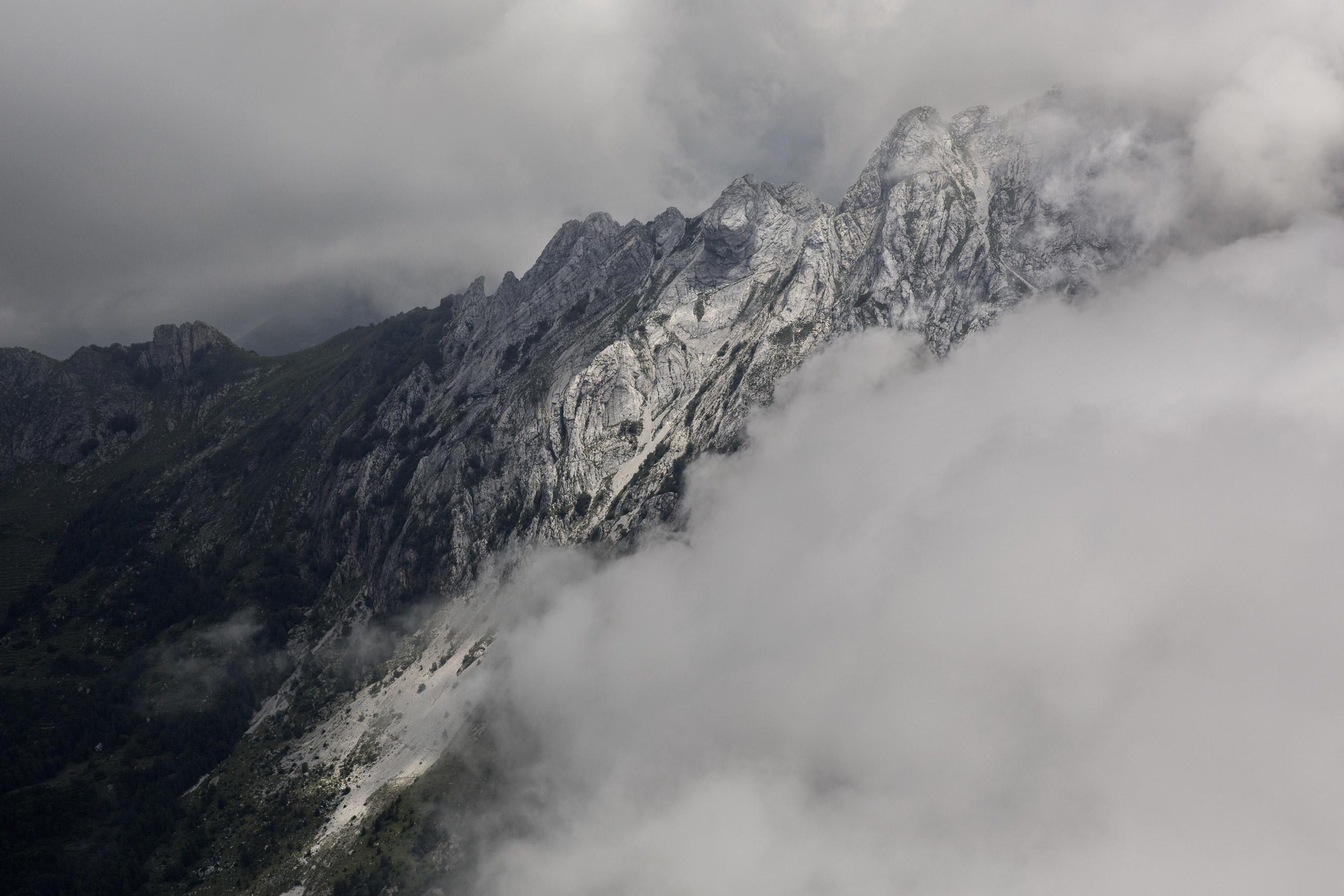 La vetta frastagliata del Monte Grondilice, confine ovest della Val Serenaia.