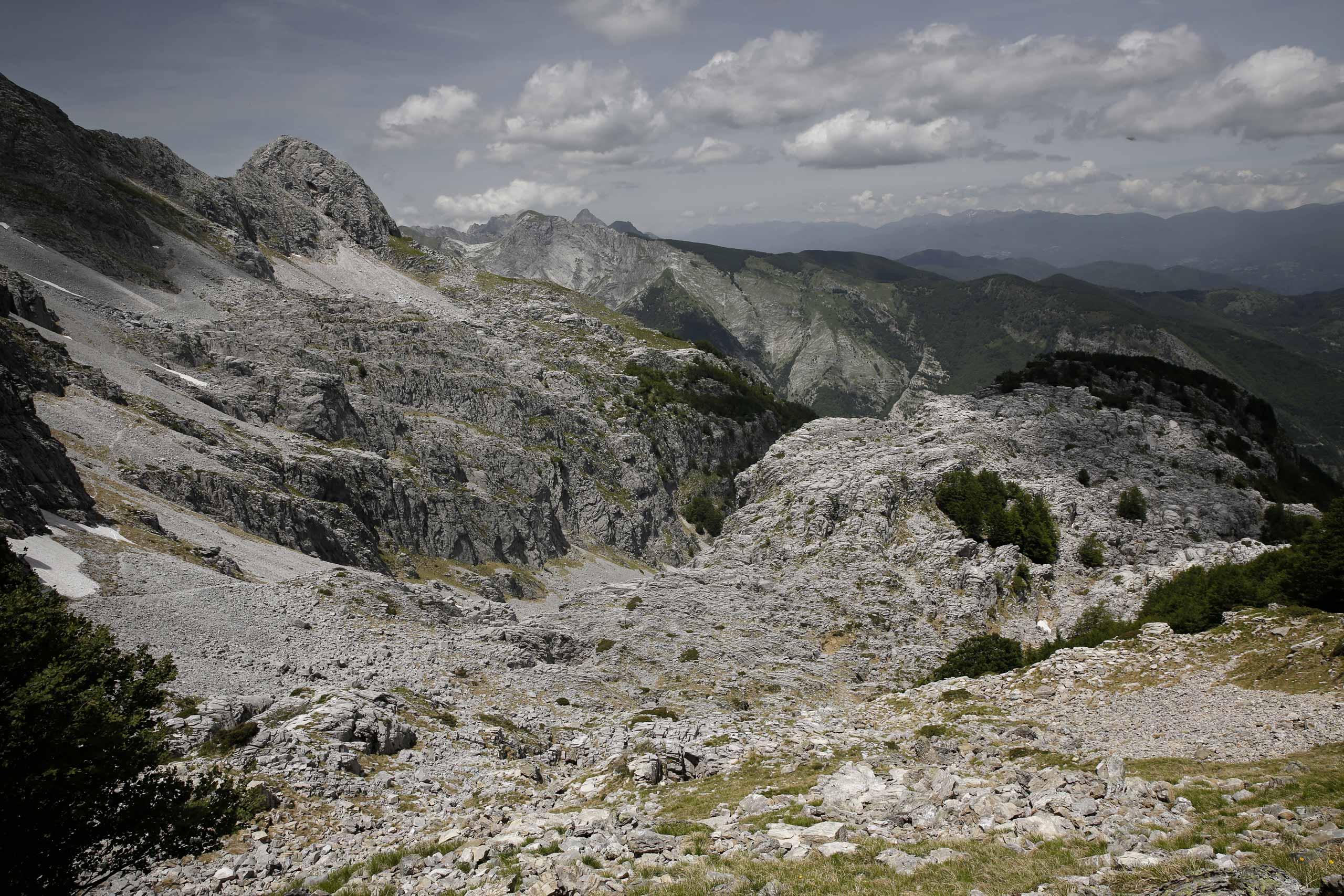 Siamo a Focetta del Puntone, davanti a noi la Borra Canala, orrido vallone compreso tra la Pianizza, sotto la vetta del Pizzo delle Saette e l'altopiano carsico della Vetricia.