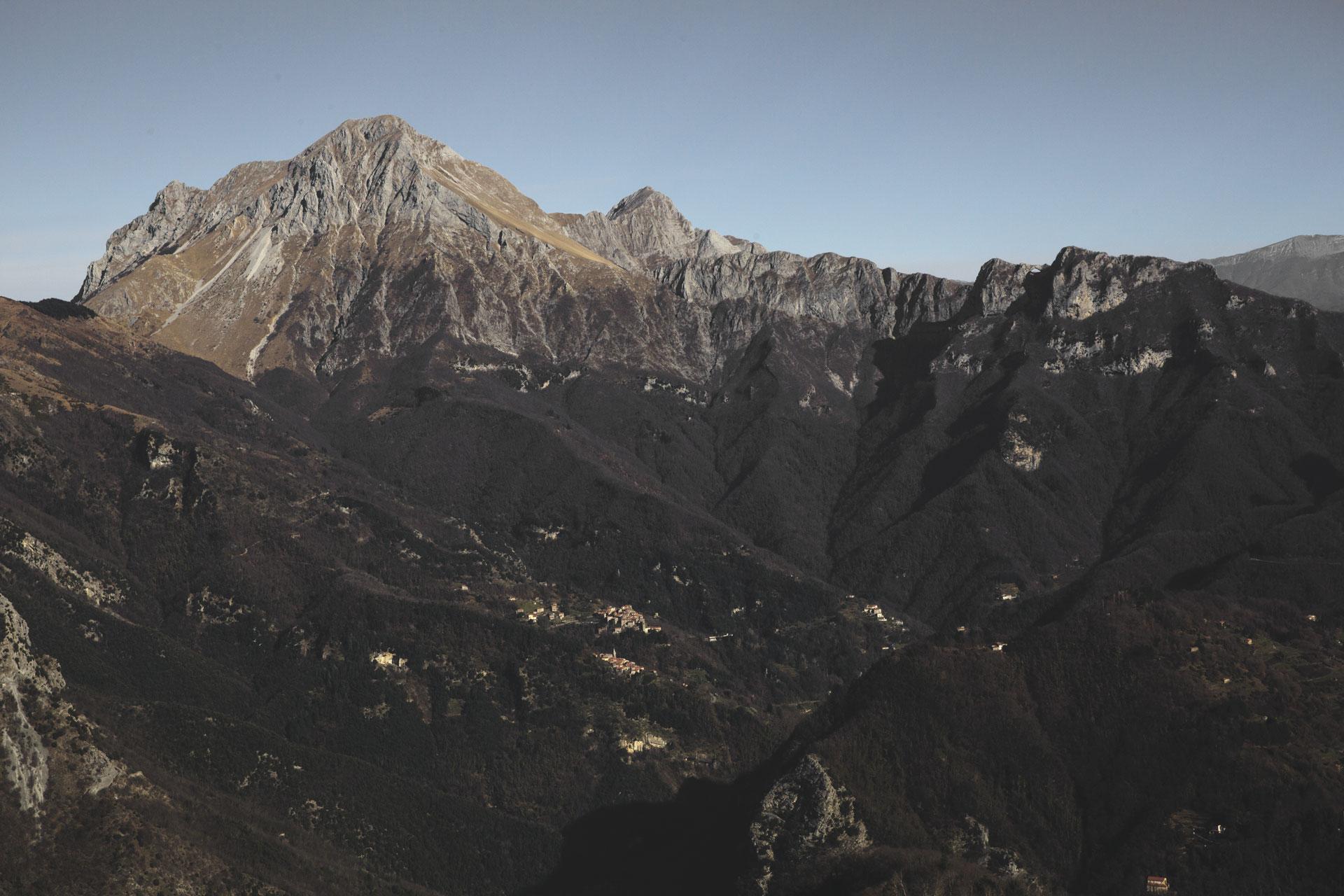 Da sinistra Pania della Croce, Pania Secca, Costa Pulita e le due vette del Monte Forato, viste dalla vetta del Monte Lieto